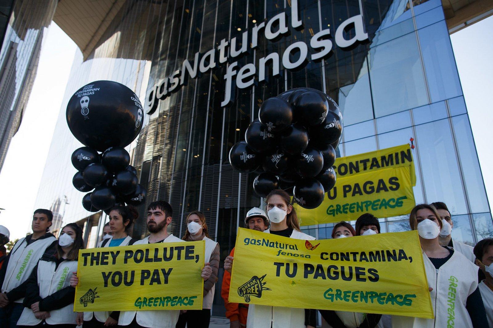 Activistes de Greenpeace protestant davant la seu de Gas Natural a Barcelona