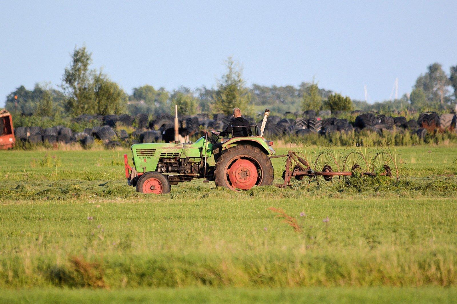 Tractor en un camp