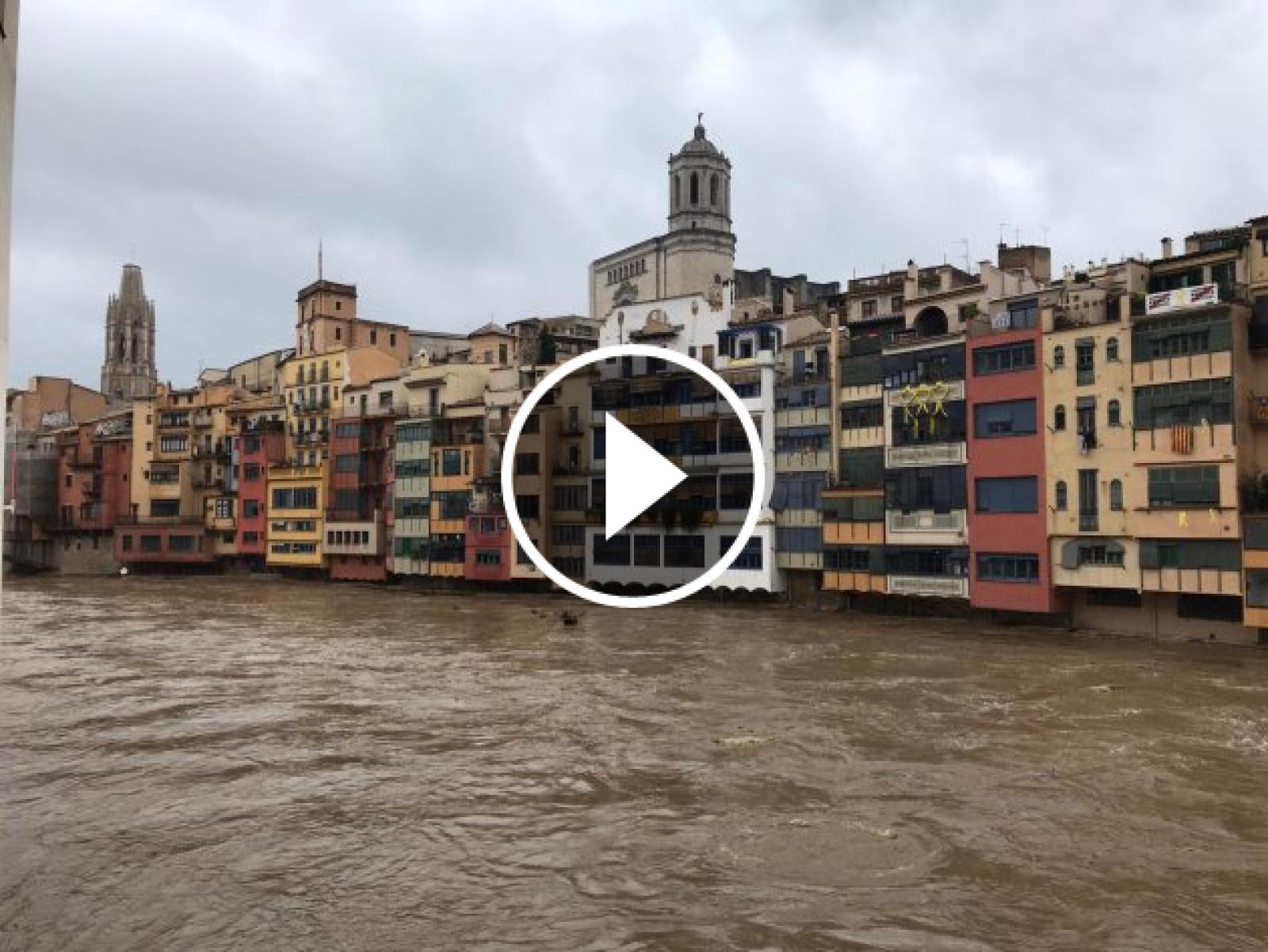 El riu Onyar pràcticament desbordat al seu pas per Girona