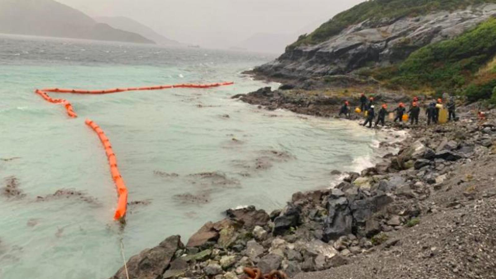 Efectius de l'Armada Xilena treballant en la contenció del vessament de dièsel
