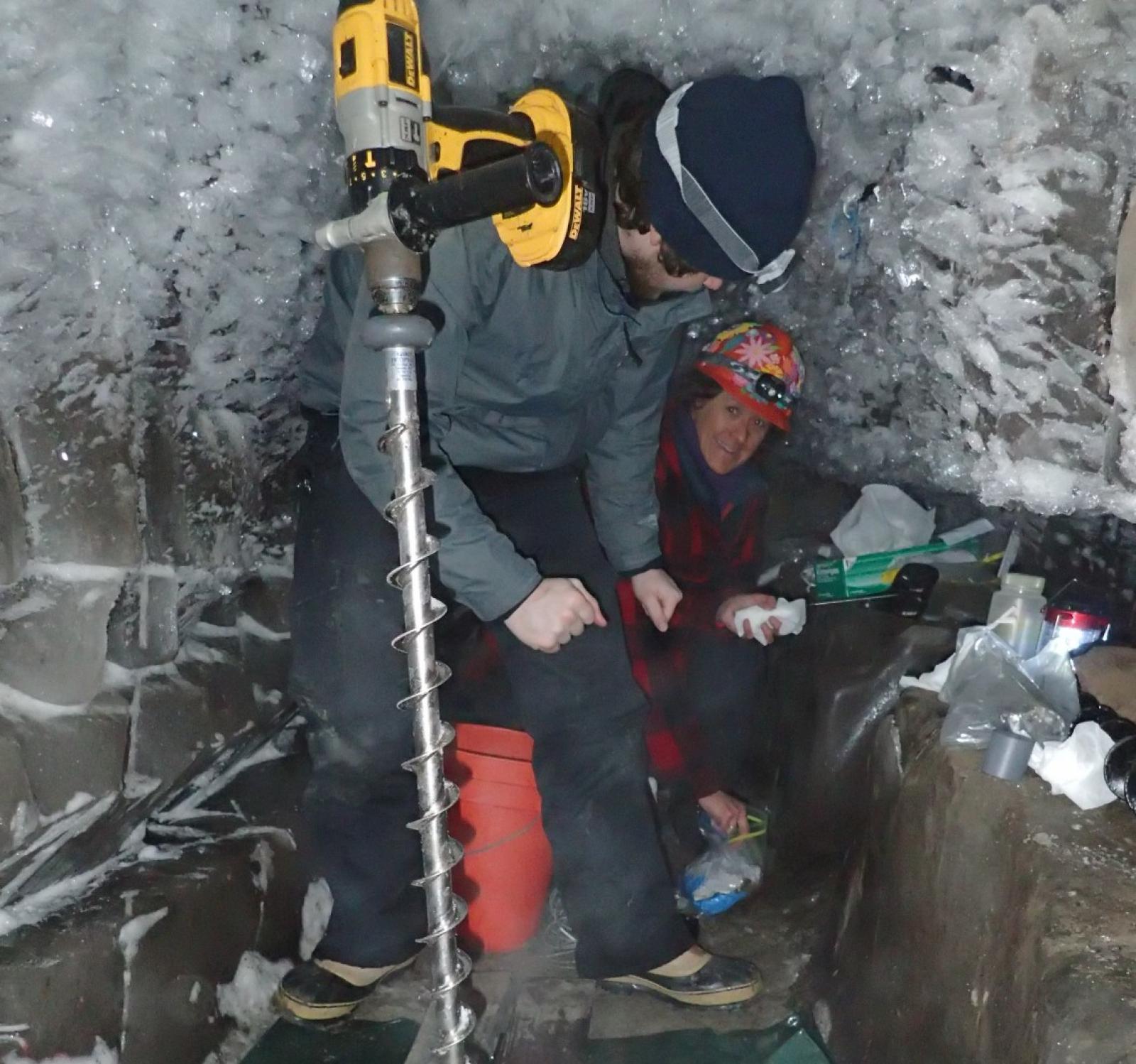Investigadors a l'interior del túnel, excavant a la recerca de les salmorres que hi ha encara a més profunditat