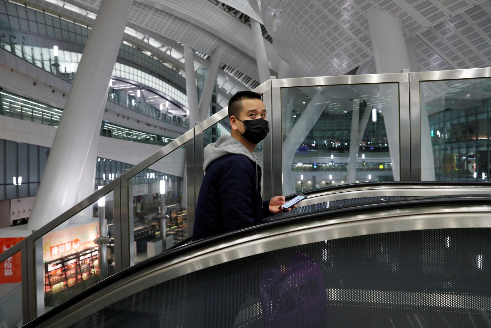 Un passatger porta una màscara en una estació de tren de Hong Kong poc abans de ser tancada per l'arribada del coronavirus a la ciutat