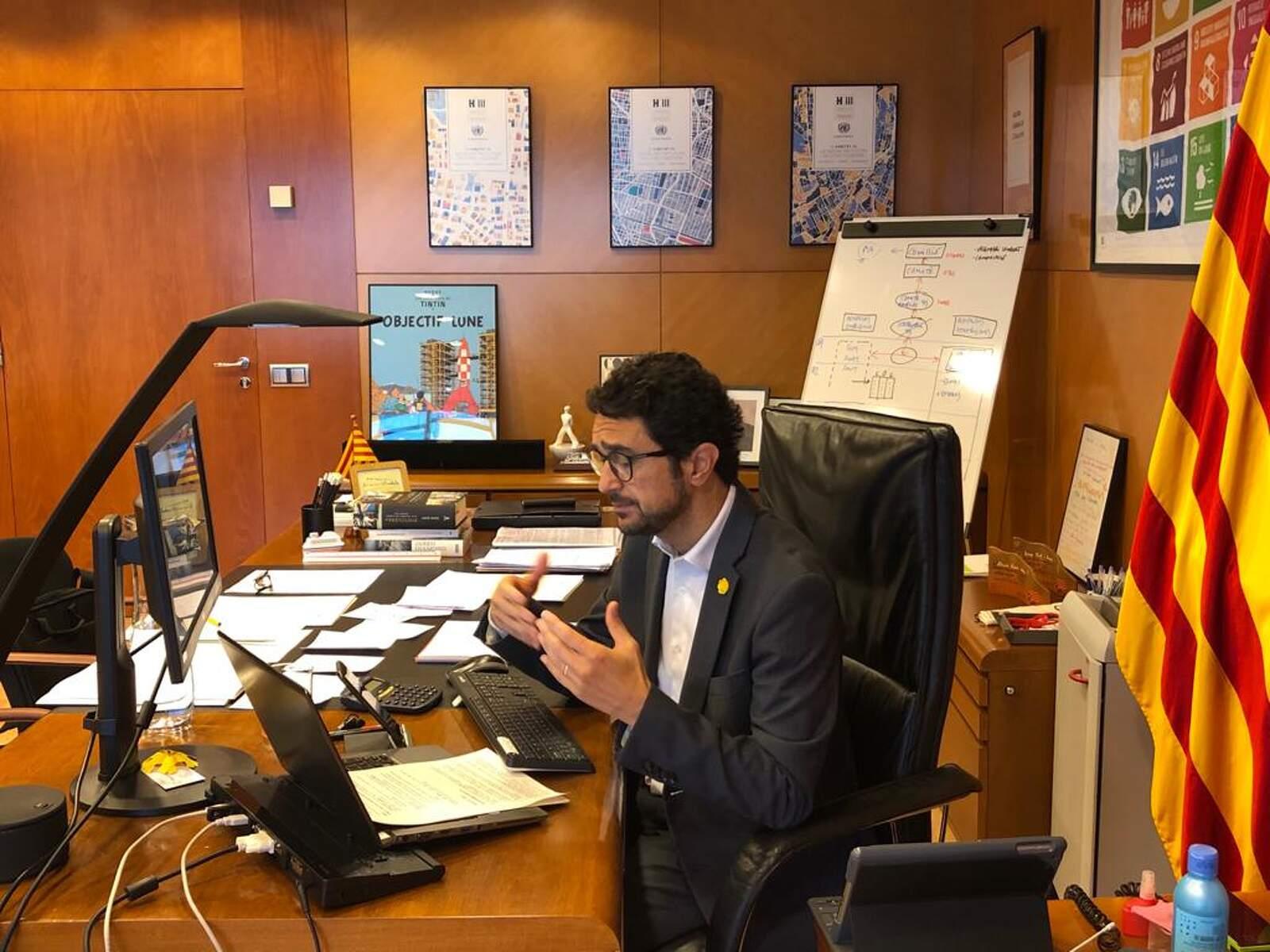 El conseller de Territori i Sostenibilitat, Damià Calvet, treballant al seu despatx