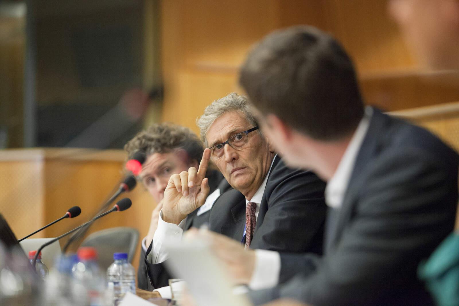 El director executiu de l'EMA, Guido Rasi, durant una compareixença