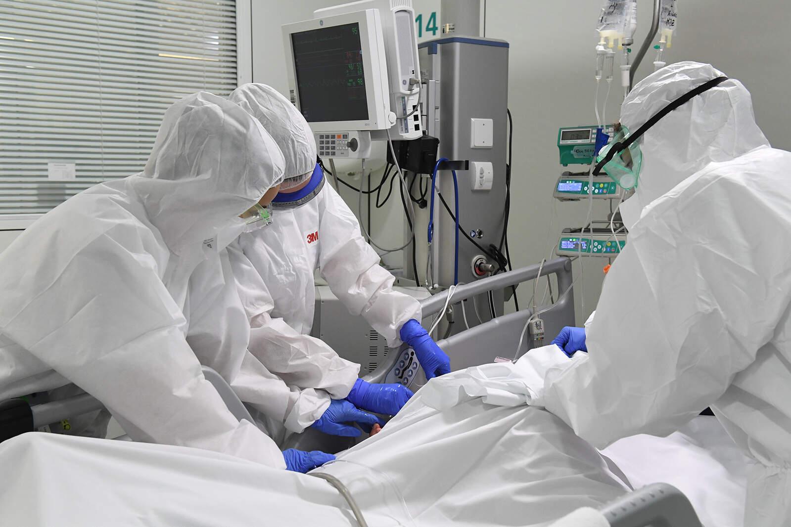 Sanitaris amb un pacient a la UCI de l'Hospital de Manresa (Althaia)