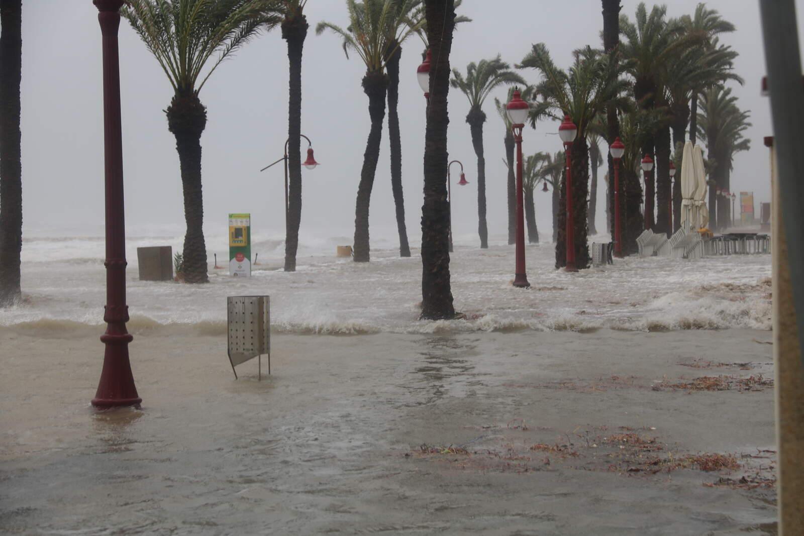El passeig marítim de Cubelles (Garraf) inundat