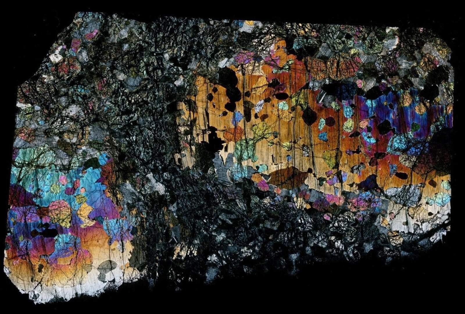 Les inclusions fluides a l'interior de l'olivina contenen nanodiamants, a més de serpentina, magnetita, silici metàl·lic i metà pur.