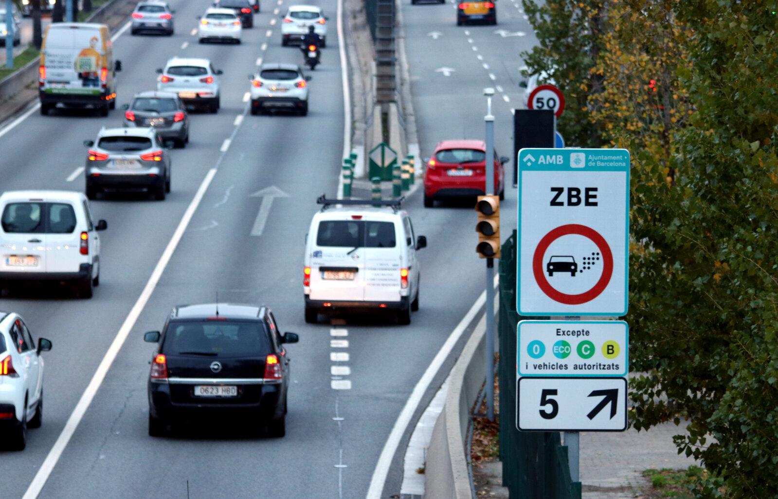 Un cartell avisa als conductors que entren a la Zona de Baixes Emissions de Barcelona a la sortida 5 de la Ronda de Dalt