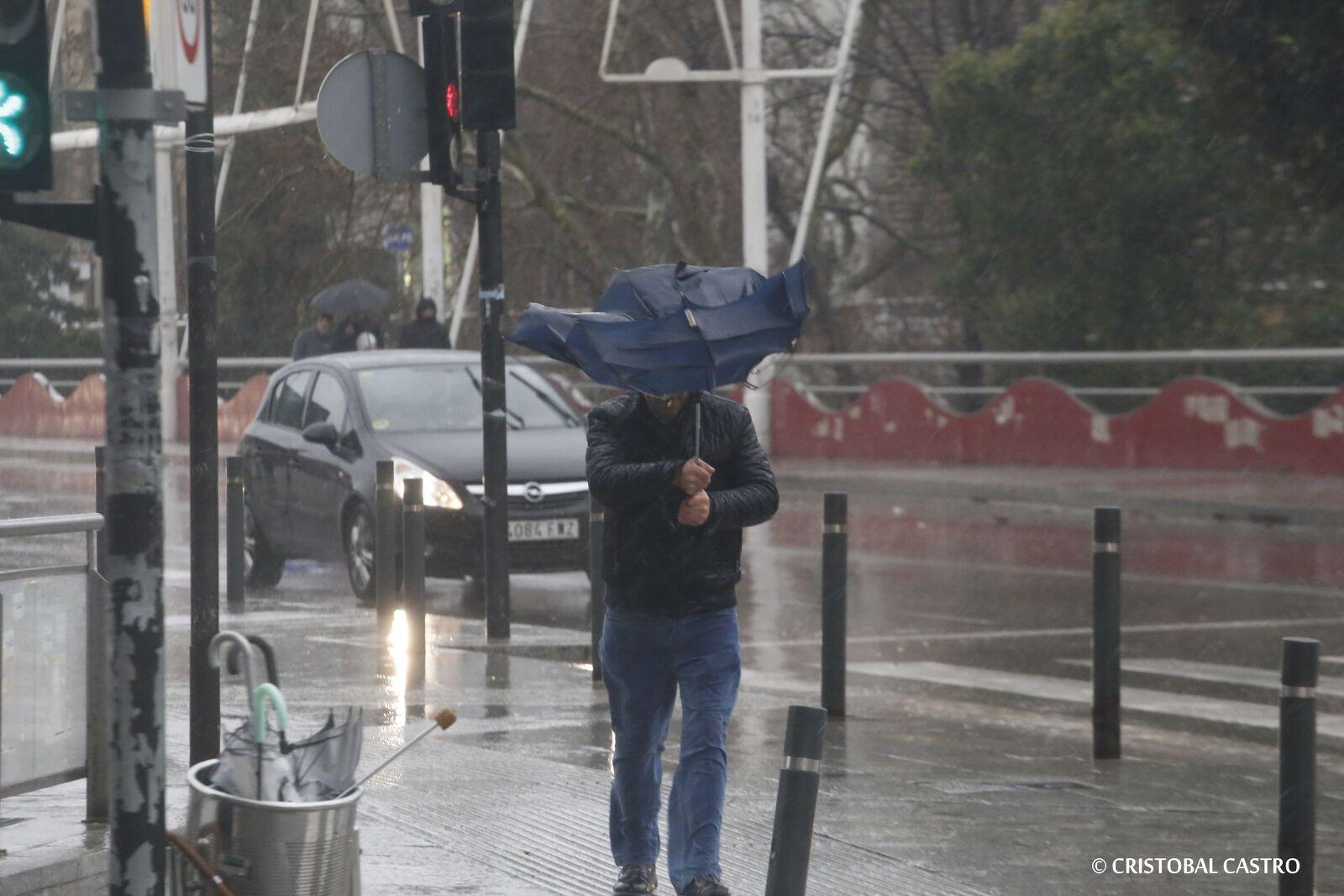 Els paraigües de Terrassa no resisteixen el temporal Glòria