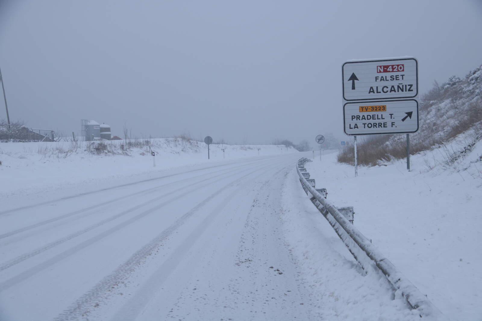 La carretera d'accés a Falset completament nevada