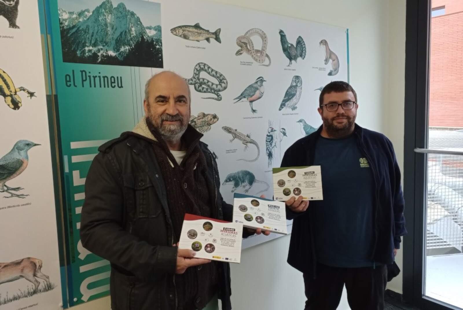 Els professors de la UdL, Frederic Casals i Jorge R. Sánchez, amb exemplars de la guia que han coordinat