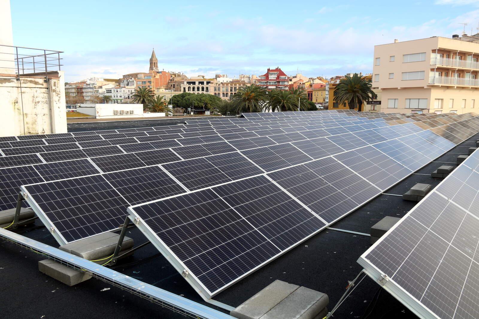 Plaques fotovoltaiques al sostre de la confraria de pescadors de Palamós