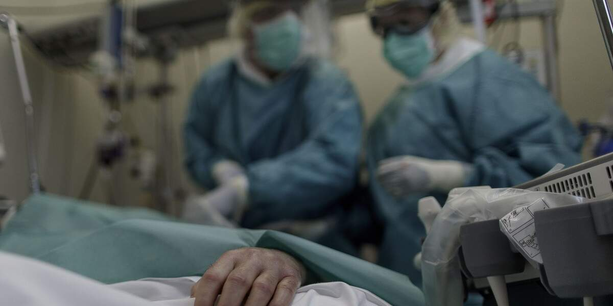 Personal sanitari en un hospital observa un pacient ingressat  | Europa Press