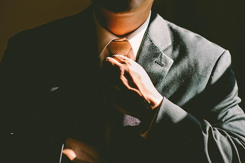 Un home afluixant-se el nus de la corbata | Wikimedia Commons