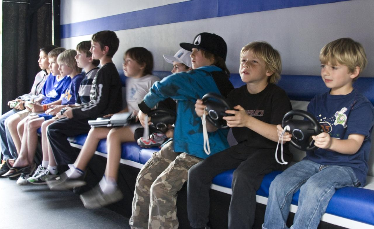 Infants jugant a videojocs | Wikimedia Commons