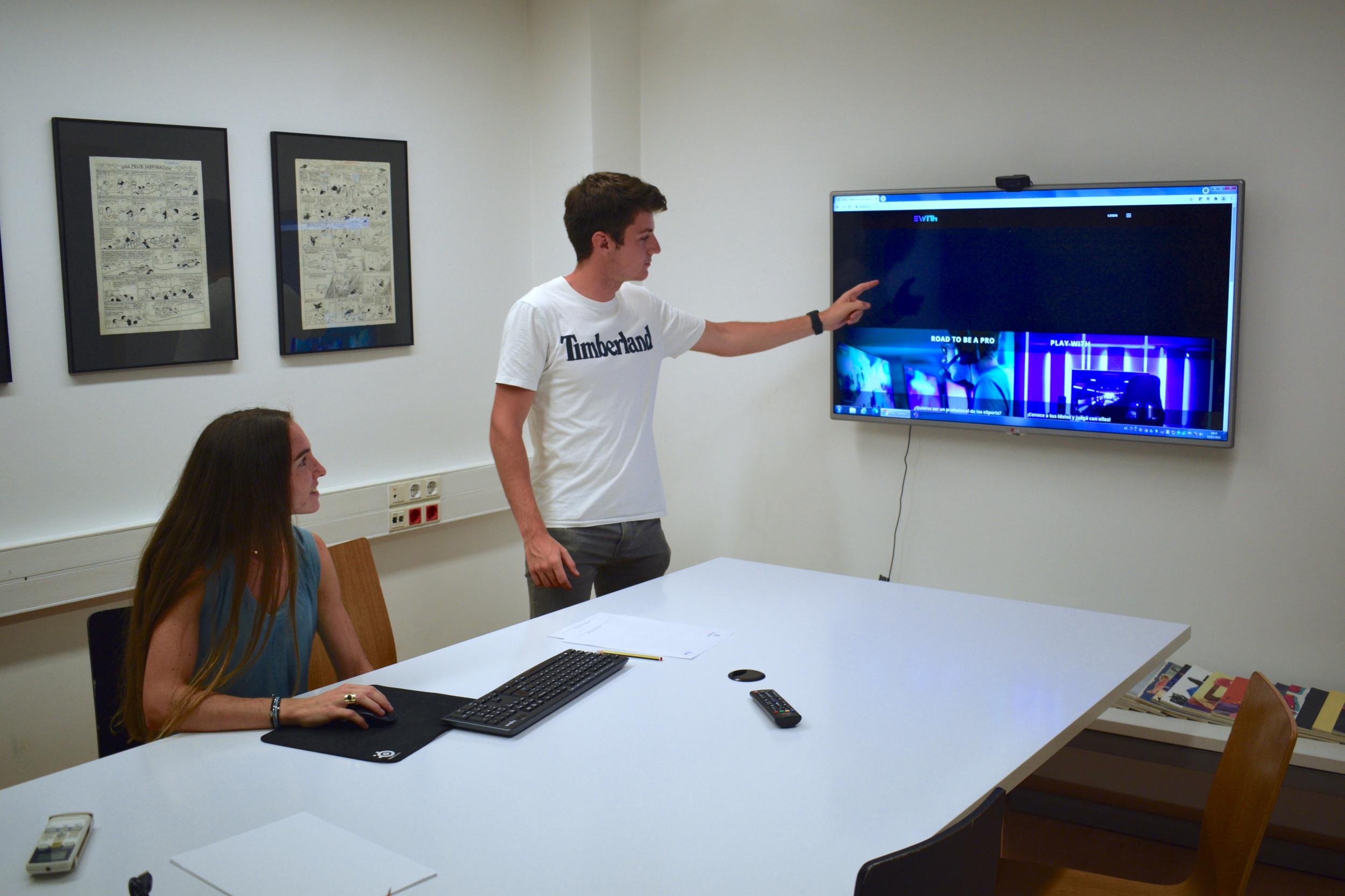 Pau Gallardo i Clàudia Gallego mostren la plataforma d'eWith   ACN