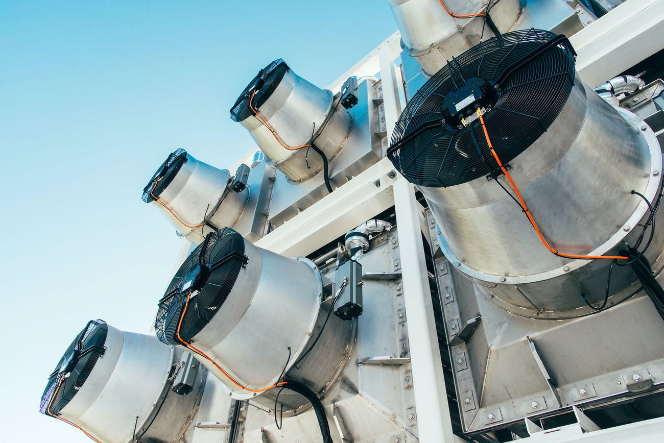 Els rotors que capturen aire per extreure'n el CO2 a la central Orca | Julia Dunlop / Climeworks